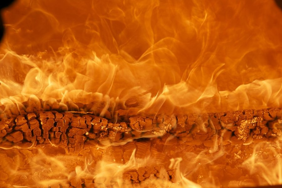 В Кузбассе при пожаре в квартире спасли мужчину