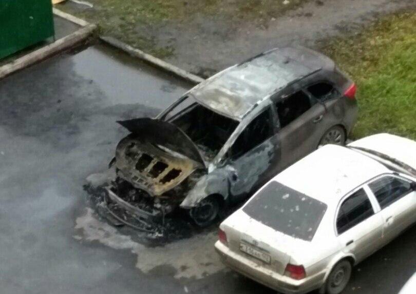 Пожар в автомобиле Kia в кузбасском городе сняли на видео