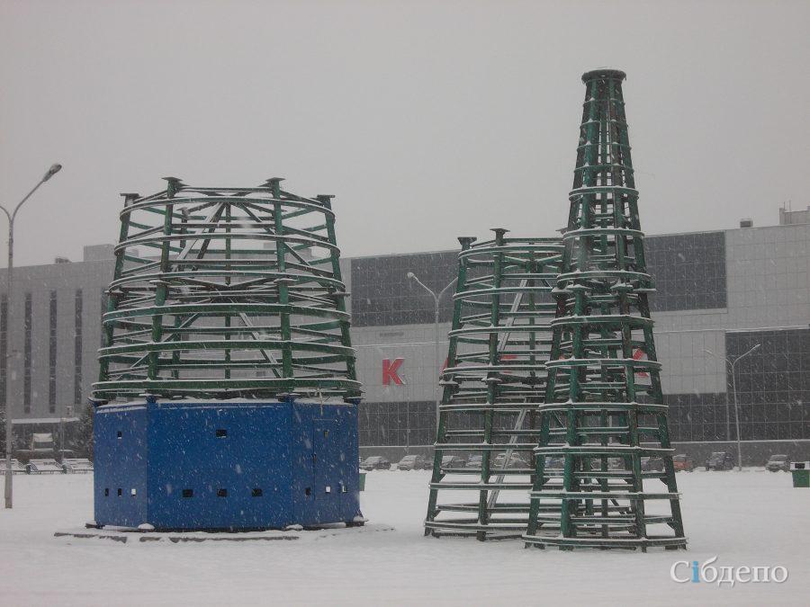 Новогоднюю ель начали устанавливать наплощади Советов вКемерове