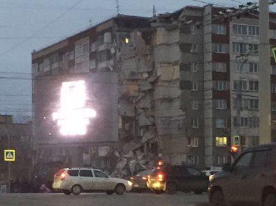 ТАСС: В Ижевске под завалами части обрушенного дома есть живые люди