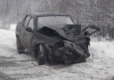 На трассе в Кузбассе водитель Daewoo получил травмы после столкновения с микроавтобусом