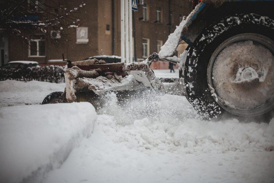 В Кузбассе более 1 000 дорожников очищают трассы от снега