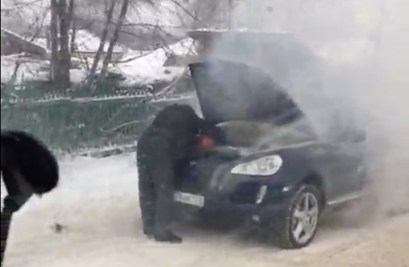 Пожар в Porsche Cayenne в Кемерове сняли на видео