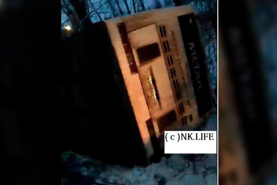 В Кузбассе в ДТП с пассажирским автобусом пострадали два человека