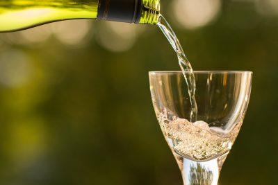 К новогодним праздникам в России поднимут цены на шампанское до 15%