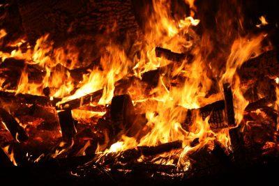 Ночью на складе в Новокузнецке сгорело 200 «квадратов» стройматериалов