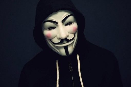 Делает маску для лица фото