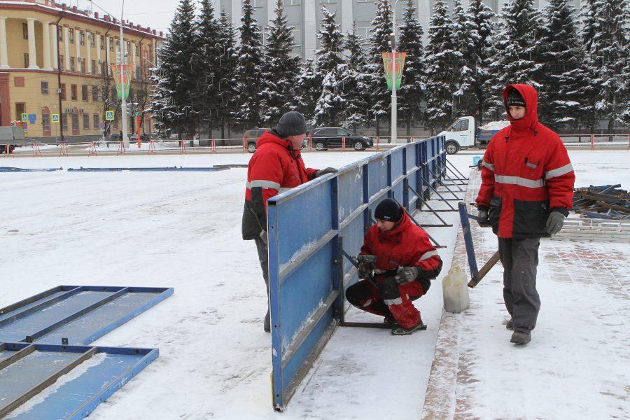 В Кемерове на площади Советов завершают установку хоккейной коробки