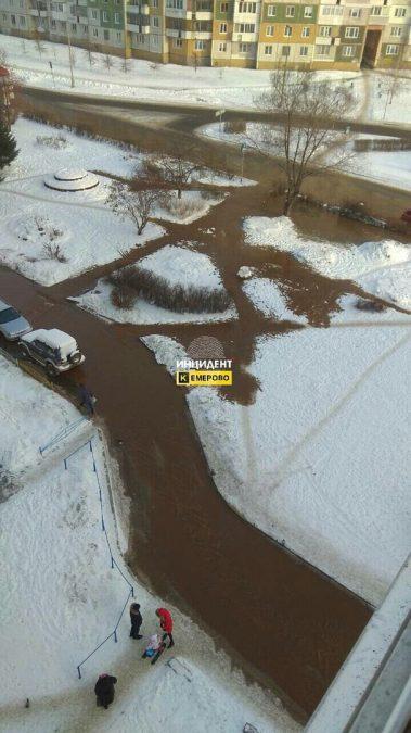 В Кемерове на ФПК холодной водой затопило улицу
