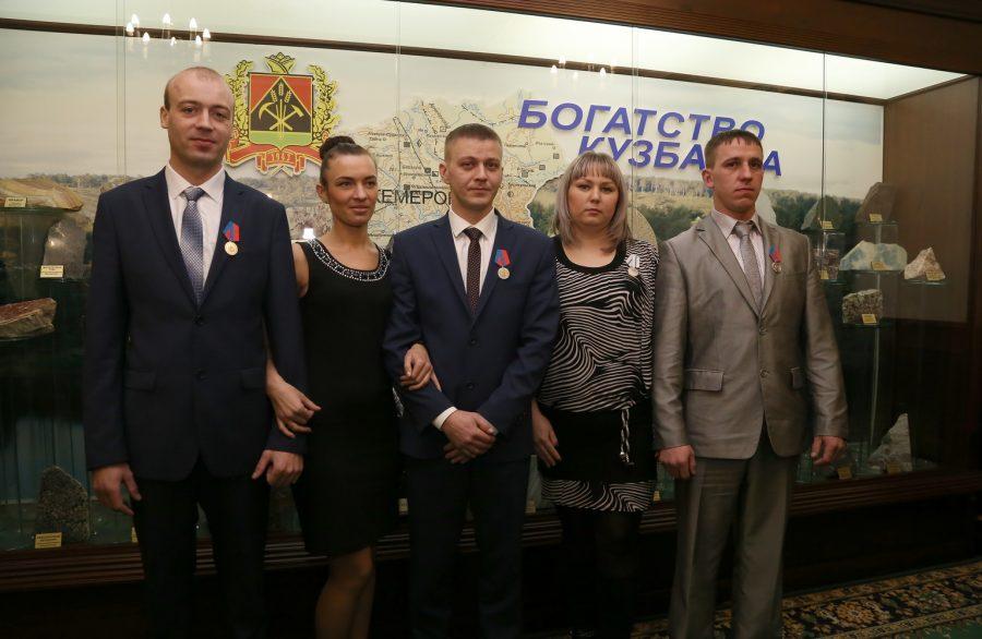 Руководитель  Кузбасса наградил медалями спасенных горняков шахты «Есаульская»