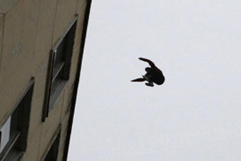 Юргинец упал с пятого этажа при попытке попасть в свою квартиру