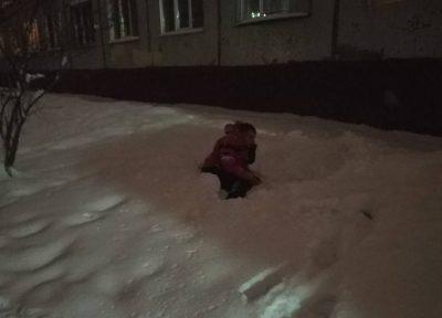В Кемерове мужчина выпал из окна восьмого этажа и выжил