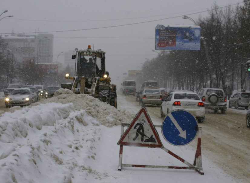 Дороги Кузбасса от снега очищают 2,1 тысячи человек