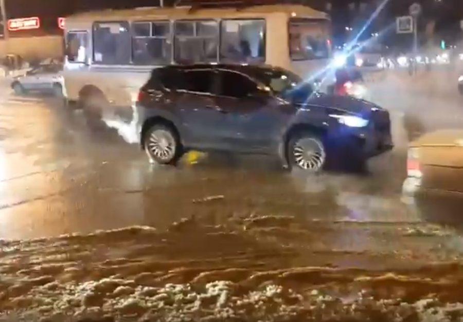 В Кемерове на улице Терешковой прорвало трубу, дорогу затопило