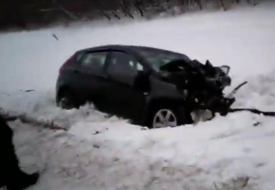 Видео: под Кемеровом при столкновении микроавтобуса и Hyundai пострадали 16 человек