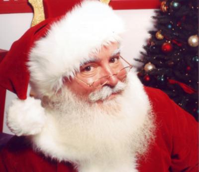 В центре Нью-Йорка художник установил картину с распятым Санта-Клаусом