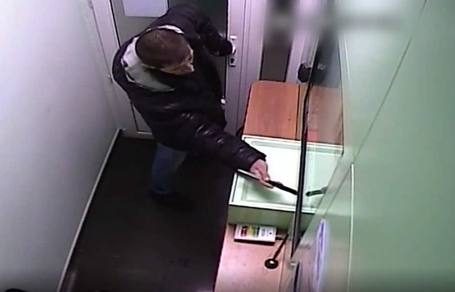 Видео: в кузбасском банке задержали вооружённого ножом мужчину