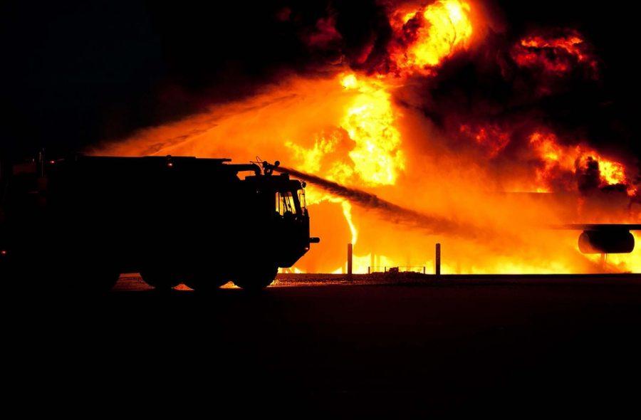 Ночью в Новокузнецке во дворе дома сгорели три автомобиля