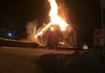 В МЧС назвали предварительную причину пожара в гостиничном комплексе в Шерегеше