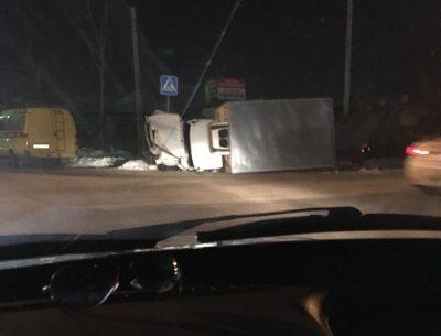 В Кемерове после ДТП молоковоз упал на бок, последствия аварии сняли на видео
