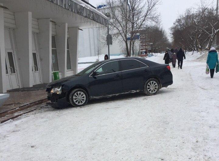 ВКемерове шофёр  иномарки снес дорожный знак исбил женщину