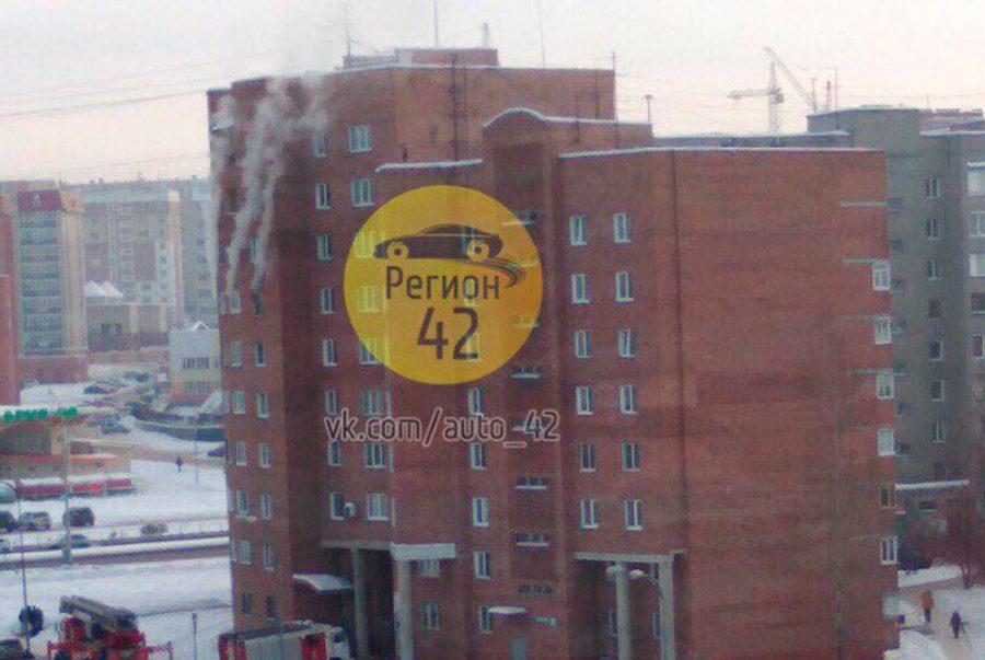 ВКемерове полыхает квартира в многоэтажном здании