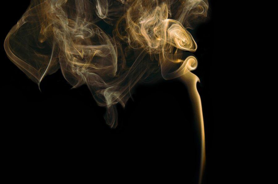 Правительство решило не запрещать россиянам курить у подъездов