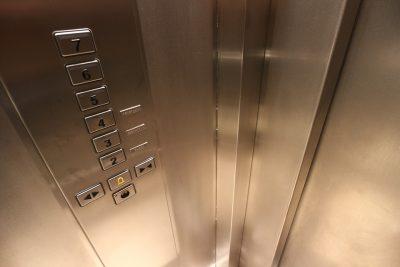 В Новокузнецке двое братьев похитили в многоквартирном доме лифт