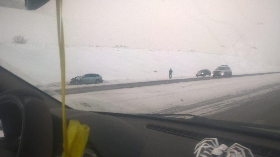 На кузбасской трассе УАЗ съехал в кювет и перевернулся после столкновения с Chevrolet
