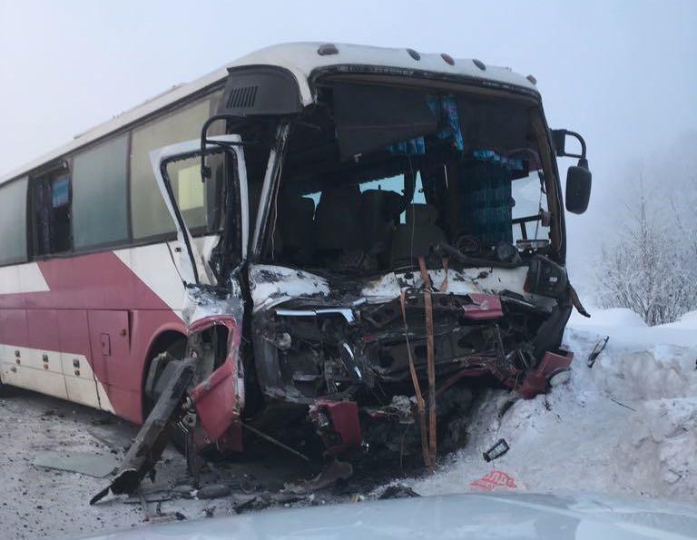 В Кузбассе автобус с вахтовиками протаранил КамАЗ, трое пострадали