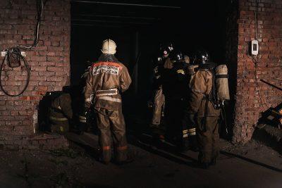 25 сотрудников МЧС тушили пожар в здании автокомплекса в Кемерове