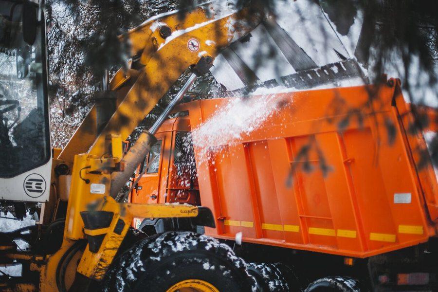 Более 2000 коммунальщиков проводят снегоуборочные работы в Кузбассе