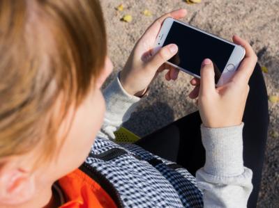 Жительница Таиланда придумала необычный способ отучить детей от смартфона