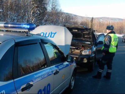 В Таштагольском районе инспекторы ГИБДД помогли замерзающему автомобилисту