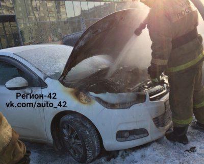 Пожар в автомобиле Citroen на парковке ТРК «Радуга» в Кемерове сняли на видео