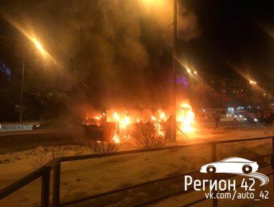 Видео: на проспекте Шахтёров в Кемерове сгорел пассажирский автобус