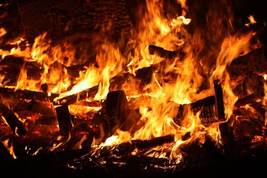 Названа предварительная причина пожара в доме в Кузбассе, где погибли двое детей