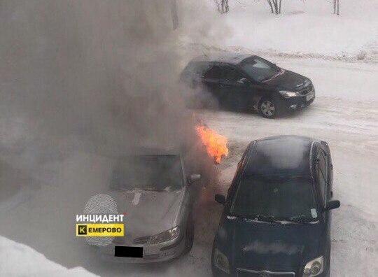 Видео: в центре Кемерова сгорел Nissan