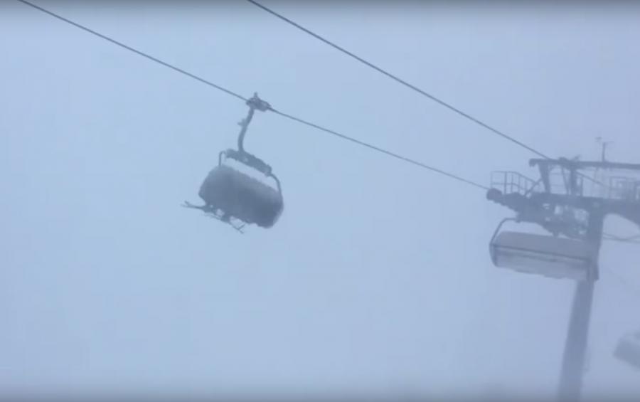 ВАвстрии лыжники застряли вкабинке подъемника вовремя снежной бури