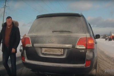 В Кемеровском районе водитель внедорожника разбил стекло другому автомобилю