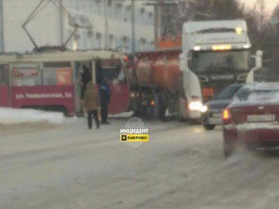 На центральном проспекте Кемерова трамвай врезался в бензовоз