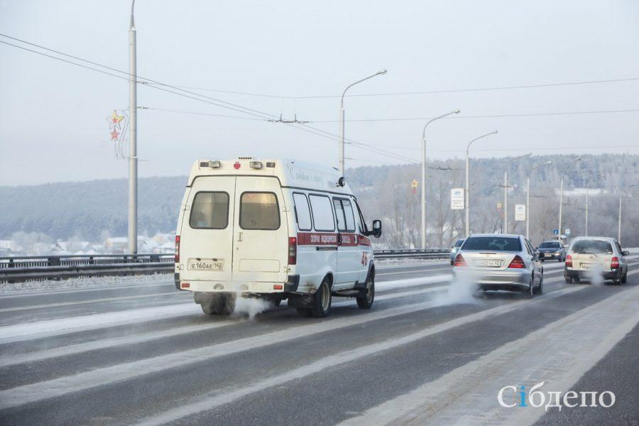 В Новокузнецке столкнулись Hyundai, скорая помощь и автобус, четверо пострадали