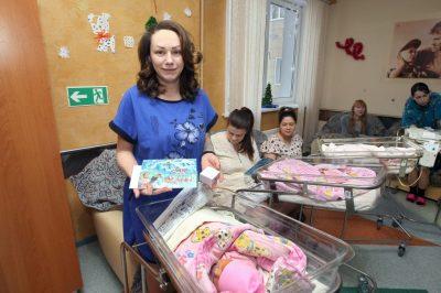 Родившие детей 1 января кемеровчанки получили по 10 тысяч рублей