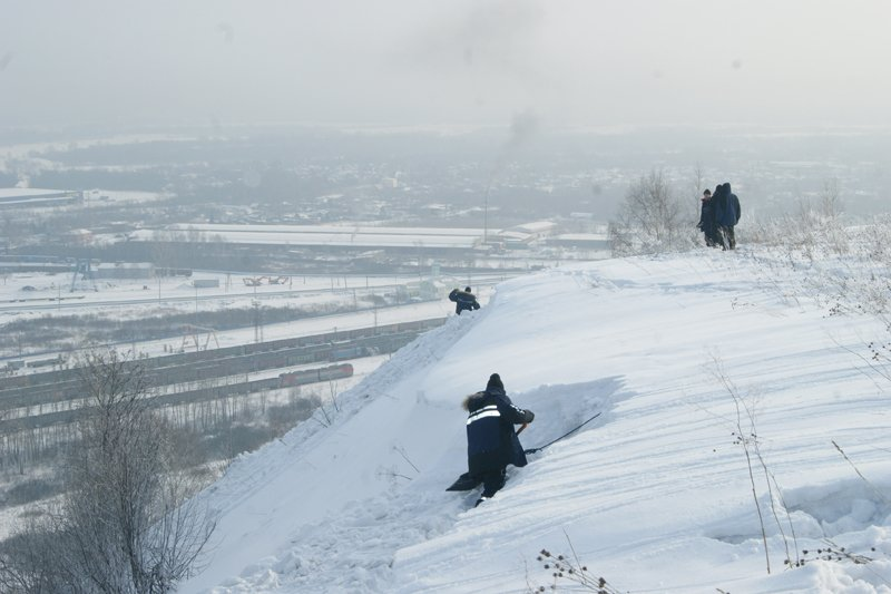 Кузбасские спасатели спустили лавину с опасного участка на горе Соколиной