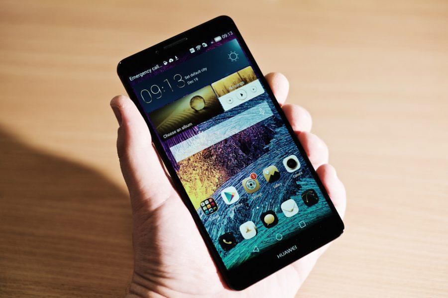 ФСБ предупредили пользователей гаджетов об опасности смартфонов Huawei и ZTE