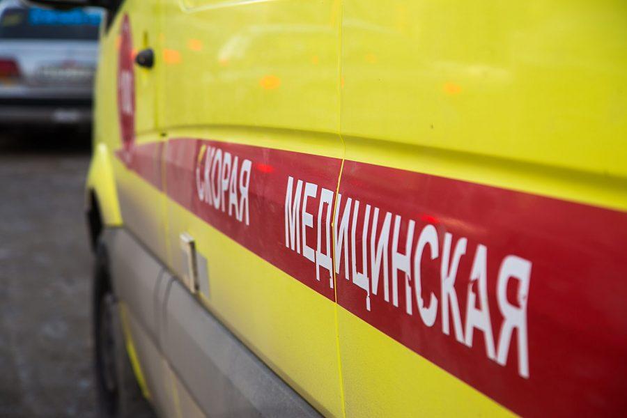 В Кузбассе мужчина попал в реанимацию после падения с масленичного столба (видео, 18+)