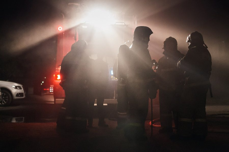 Ночью в Новокузнецке при пожаре в многоэтажке спасли двух человек