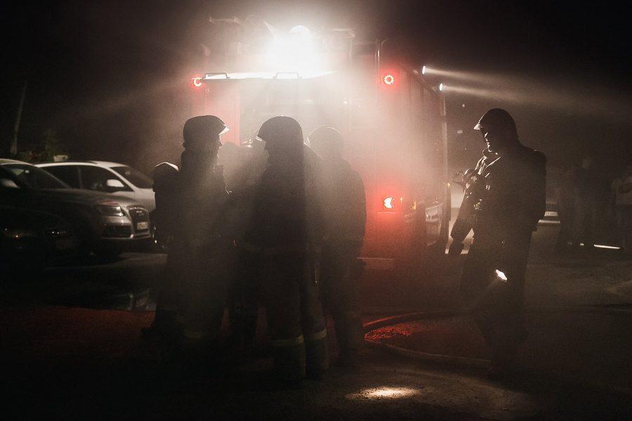 В Калтане пожарные спасли одного человека из горящей пятиэтажки