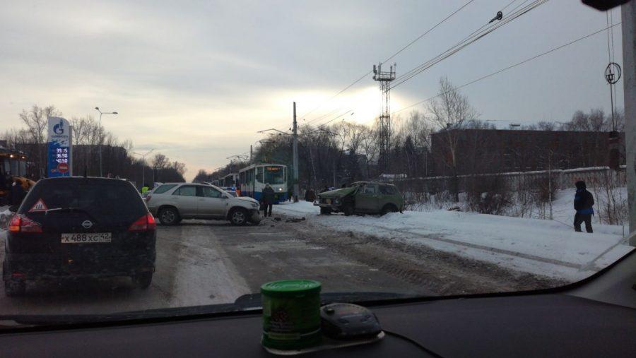 В Новокузнецке «Ниву» отбросило на трамвайные пути после столкновения с Toyota