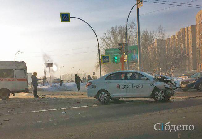В Кемерове на перекрёстке при ДТП сильно пострадала машина такси